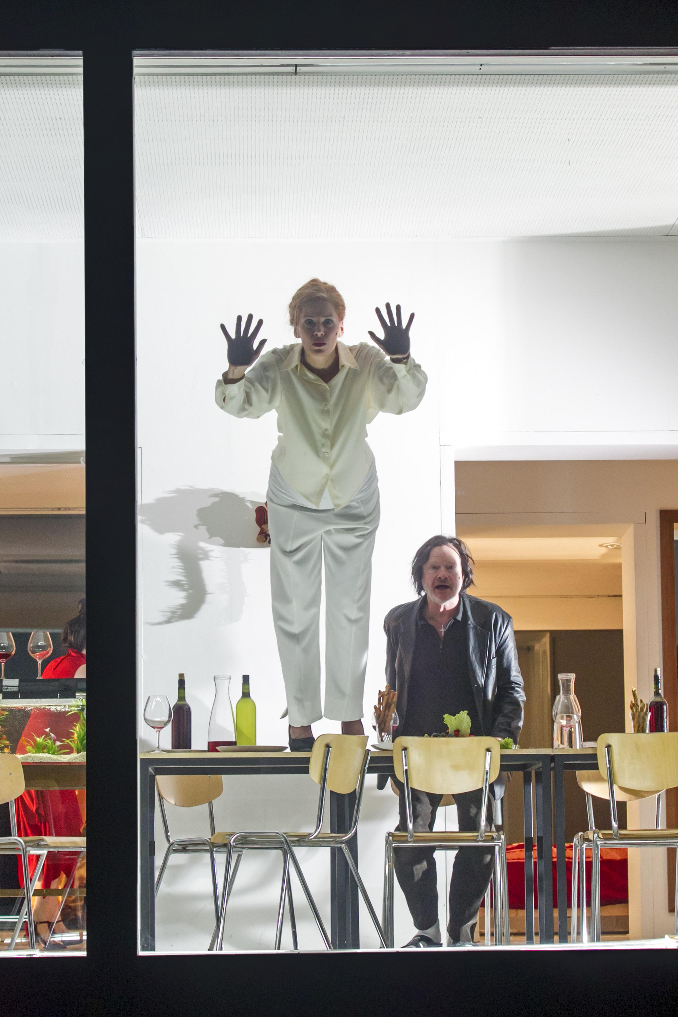Karin Beier inszeniert nach Motiven von Luis Bunuel ' Gespenster der Freiheit ' : Hysteria. Premiere im Deutschen Schauspielhaus Hamburg: 17. September 2016.
